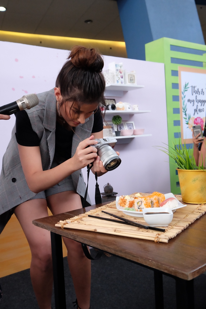 Liza Soberano taking a food photo using Fujifilm X-A3